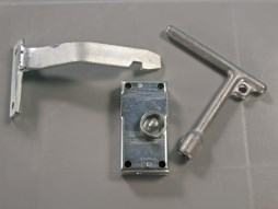 Triangular lock for palletboxes, large-volume bins and waste containers